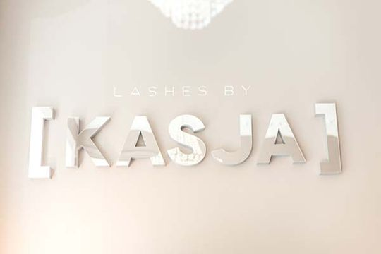 Logoen til Lashes by Kasja i salongen på Nationaltheateret