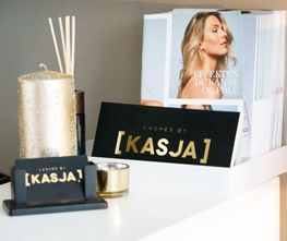 Logoen til Lashes by Kasja i gull